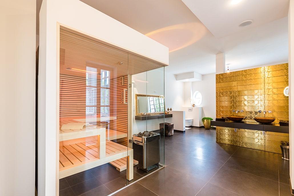 Sauna im Badezimmer gold